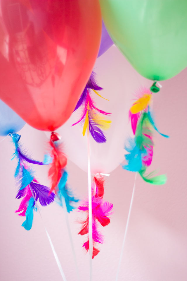 How to decorate balloons with feathers