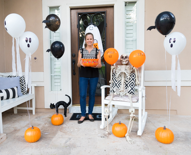 How to decorate your Halloween front porch with balloons!