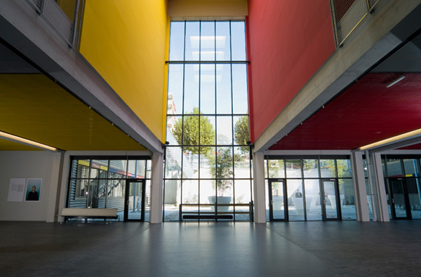 To κτήριο της écal έχει σχεδιάσει ο Bernard Tscumi (Μουσείο Ακροπόλεως)