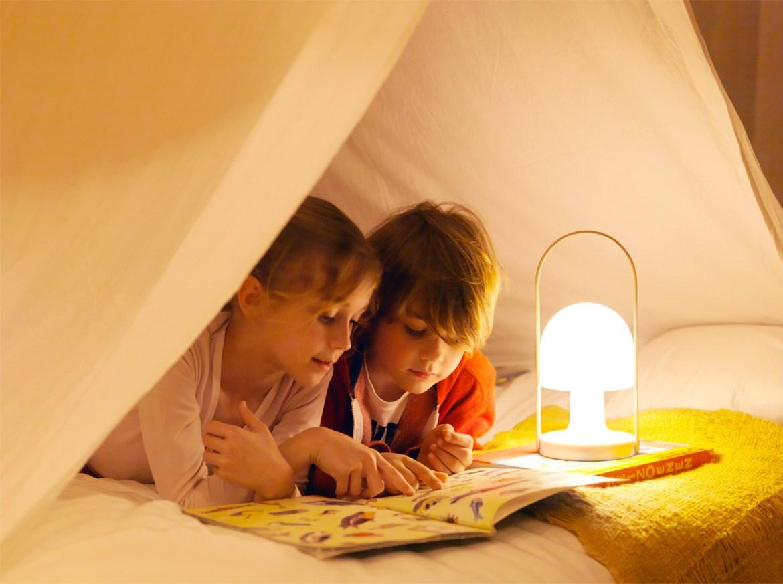 DesignOrt Blog: Trend: tragbare Leuchte Marset Followme mit Kindern im Zelt