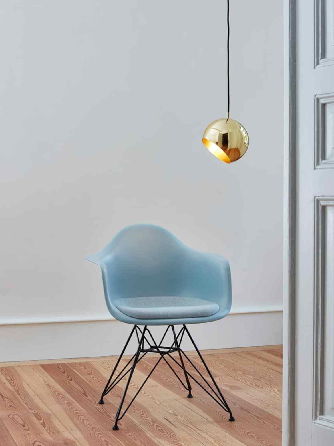 Neue Leuchten & Lampen Designort Tilt Globe in Messing