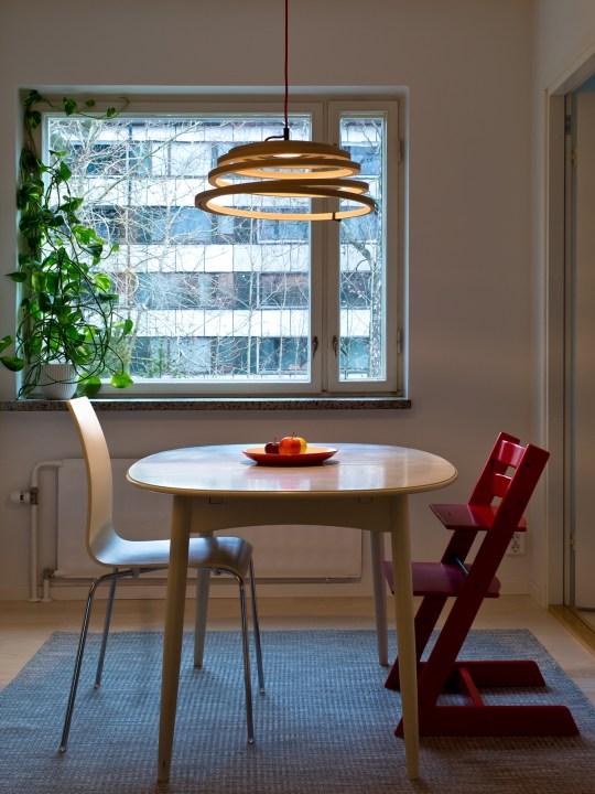 Holzleuchte Aspiro Secto Design über Tisch