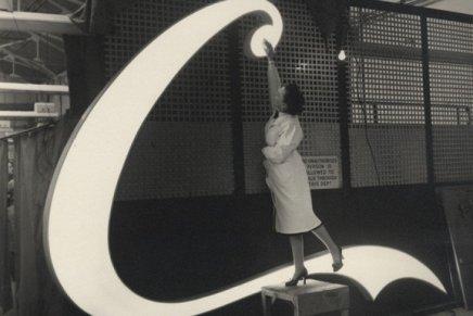La prima insegna al neon di Coca Cola a Piccadilly Circus, luglio 1954