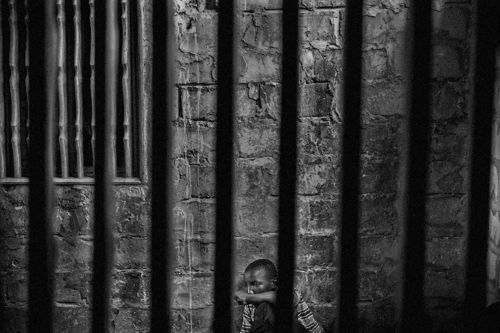 Mário Cruz, Portogallo Talibes, Schiavi moderni Abdoulaye, 15, imprigionato in una stanza con barre di sicurezza per impedirgli di fuggire. Thies, Senegal, 18 maggio 2015 (World Press Photo)