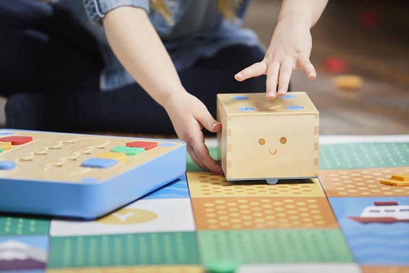 Cubetto, il gioco per bambini e bambine che insegna a programmare