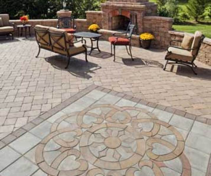 Paver-patio-with-inlaid-design