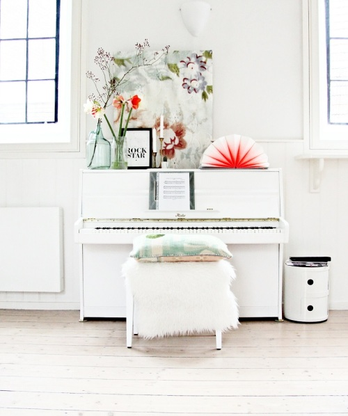 15 Gorgeous Pianos that Suit Their Spaces