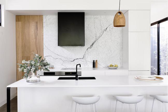 Pared de mármol en la cocina