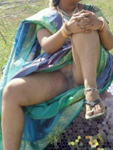 amateur desi aunty stripping saree showing shaved cunt