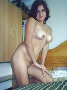 Amateur Babe full nude posing