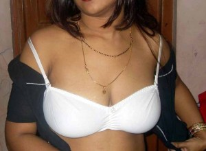 desi indian housewife removing blouse showing beautiful cleavage