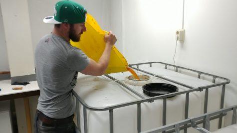 Het sap gaat in een container om te fermenteren