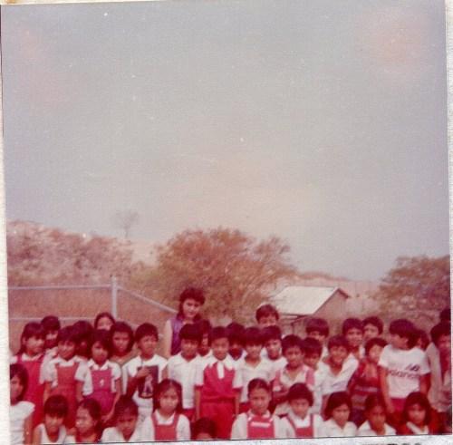 Maestra Herlinda con alumnos / Cortesía: Herlinda Castro