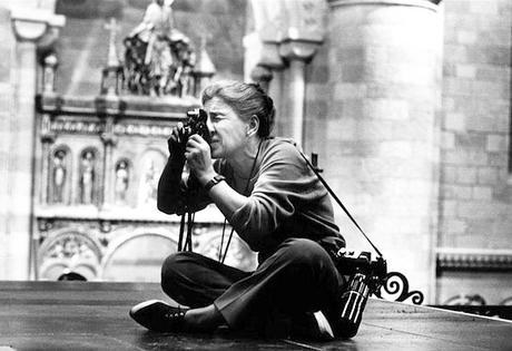 Fotógrafa Eve Arnold por Robert Penn en el set de la película Becket (1964)
