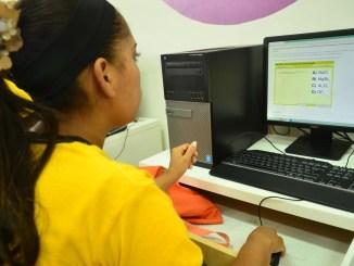 Una estudiante usa la plataforma Educando.edu.do para practicar contenidos de las pruebas nacionales en CTC