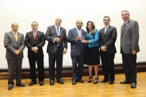 El doctor Eros de la Cruz Sánchez, mientras agradecía por el reconocimiento recibido durante la VI Jornada Científica Aniversario, que realiza el Hospital Traumatológico Ney Arias Lora.