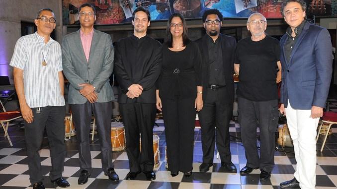 Previo al inicio del concierto, el maestro Darwin Aquino, director del Conservatorio Nacional de Música; en compañía de Edis Sánchez, Alberto Rincón, Jacqueline Huguette, Javier Vargas, Slobadon Veljkovic y Caonex Peguero.