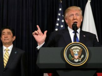 El presidente de Estados Unidos, Donald Trump, y el primer ministro de Japón, Shinzo Abe, durante una comparecencia en el resort de Mar-a-Lago (Florida)