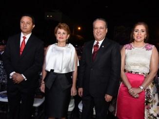 Edgar Mejía, Lucía Medina de Mejía, Reynaldo Pared Pérez junto a Ingrid Mendoza de Pared