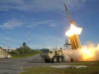 Un lanzador de misiles que forma parte del sistema de escudo antimisiles THAAD en Corea del Sur