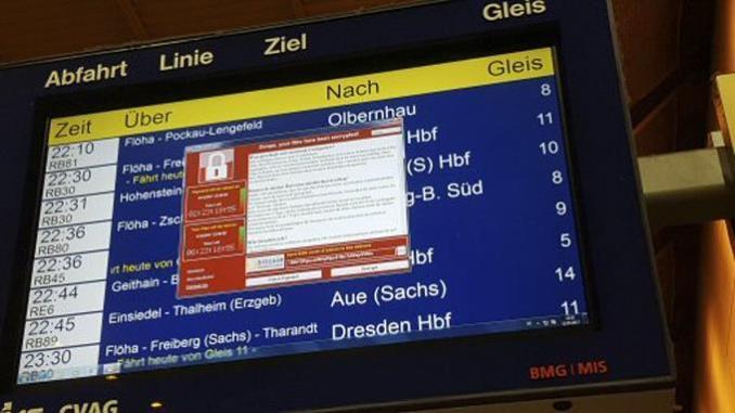 Un monitor con información de los trenes muestra una ventana con un mensaje de un programa informático malicioso que exige el pago de un rescate a cambio de devolver el control de la computadora, el 12 de mayo de 2017 en la estación de trenes de Chemnitz, Alemania.