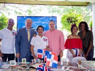 De izquierda a derecha, Héctor Reyes, secretario administrativo de la Embajada dominicana, Embajador José Serulle Ramia, Consejera Tania Estévez, Ministro Consejero César Pérez González, Paola Cabrera Estévez y Michele Joseph.