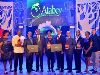 Domingo Contreras y Jorge Luis Bisono, presidente y director Centro Atrabey con parte de los ganadores.