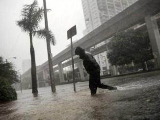 El agua llegó a ascender 60 centímetros en algunas zonas de Miami.