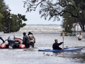 Soldados estadounidenses en labores de rescate en Florida.