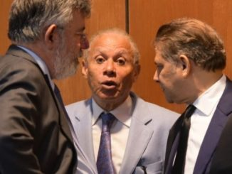 Díaz Rúa (izquierda) conversa con Rondón (centro) y uno de los abogados de su defensa, durante la audiencia del pasado viernes.
