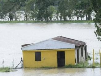 Una casa anegada en Villa Riva, municipio de la provincia Duarte, a causa de la crecida del río Yuna