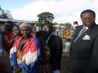 A la derecha, Peter Mutharika, presidente de Malawi.