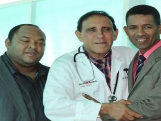 El doctor Cruz Jiminián junto al doctor Clemente Terrero y el doctor Roberto Flete
