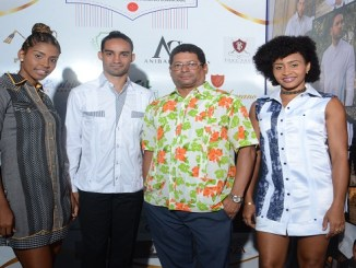 El presidente de Achadom, Francisco Rodríguez junto al deportista Lugelin Santos y sus hermanos