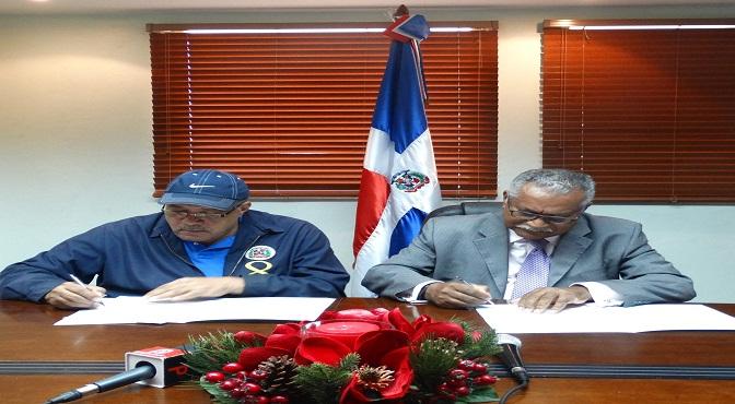 Luis Acosta Moreta, director general de la DGDC, y Ernesto Reyna Alcántara, vicepresidente ejecutivo del CNCCMDL, durante la firma del acuerdo