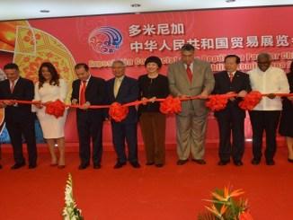 Representantes de la República Popular China y de República Dominicana participan del corte de cinta que deja inaugurada Expo China.