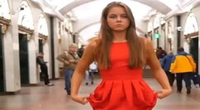 Video- 'Sexy' rusa se levantó la falda para protestar contra el acoso sexual, en plena estación del Metro de San Petersburgo.