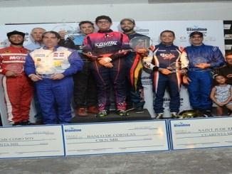 Los ganadores de la competencia de kartismo In Memoria al atleta Fernando Arredondo Blandino reciben du distinción de parte de los integrantes de la Fundaciòn Blandino
