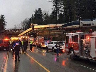Imagen facilitada por Washington State Patrol (WSP), que muestra a un tren Amtrack 501 tras descarrilar y caer sobre la autopista interestatal 5, cerca de Olympia, en el estado de Washington.