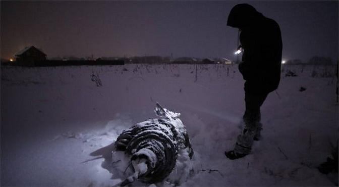 Los restos del avión se esparcieron por varios lugares de las afueras de Moscú.