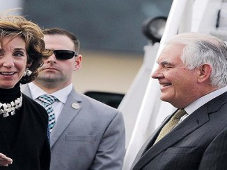 La embajadora de los Estados Unidos en México, Roberta Jacobson, recibe al secretario de Estado estadounidense, Rex Tillerson, a su llegada ayer al hangar de la Secretaria de la Defensa Nacional.