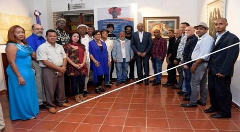 Pintores y artesanos que exhiben sus obras en la muestra Artistas visuales de Puerto Plata, inaugurada en el Centro Cultural de Banreservas y dedicada al maestro de la pintura Jairon Severino.