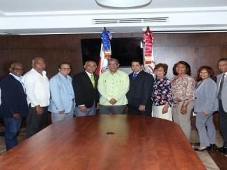 Wilfredo Mañón y Johnny Peguero junto a miembros del Consejo Académico de la Unev y autoridades del Club San Carlos presentes en el acuerdo.