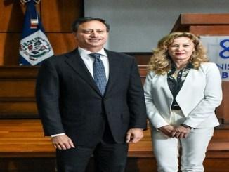 El procurador Jean Rodríguez junto a la abogada y periodista española, Regina Laguna.