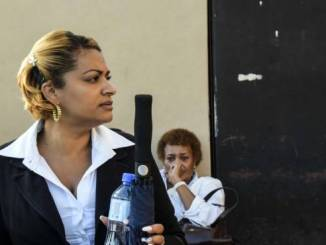La abogada Estefanía Reyes Sánchez, quien funge como defensora de los auditores, a su salida del palacio de justicia de Santo Domingo Este.