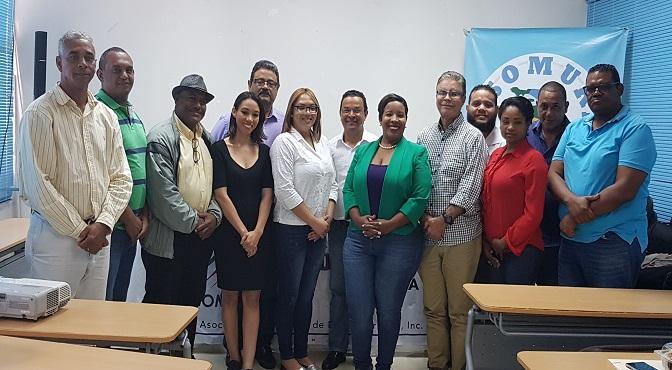 Directivos de Adompretur, comunicadores y autoriades presentes en la jornada de capacitación de Barahona