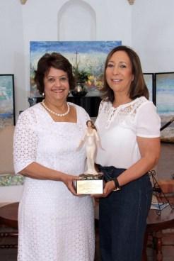 Verónica Sención entrega un obsequio a Lidia Martinez de Macarrulla.