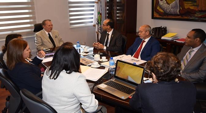 El ministro de Cultura, Eduardo Selman, encabeza la reunión acompañado de funcionarios del MINC y Banco Central.