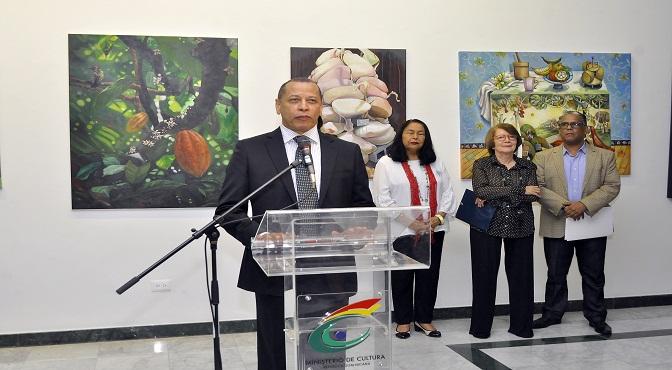 Isidro de la Rosa pronuncia discurso. Figuran Rosa Tavarez, Marianne de Tolentino y Leo Batista.