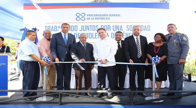 El procurador Jean Rodríguez mientras corta la cinta para dejar inaugurada la nueva Unidad de Atención Integral a las Víctimas de Violencia de Género de El Seibo.
